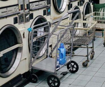 ilustrasi mesin cuci dan pewangi laundry